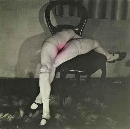 Hans Bellmer (1902-1975), Les jeux de la poupée, vers 1939, tirage argentique réhaussé à la teinture d'aniline